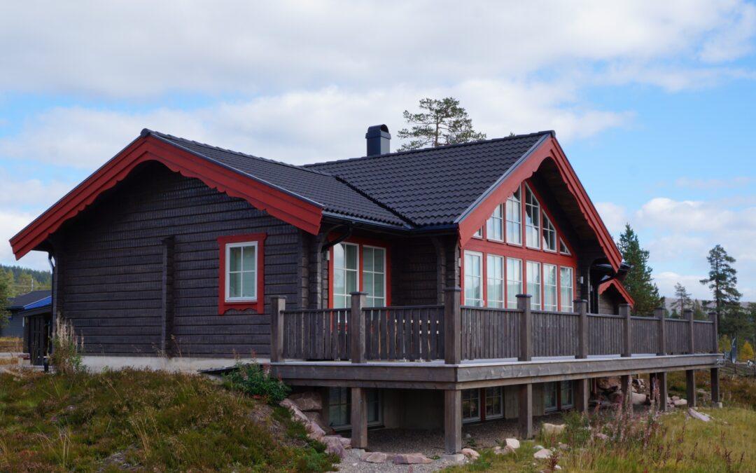 Timmerhus med röda vindskivor